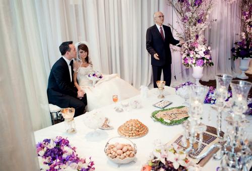 Ngay cạnh sân khấu tổ chức hôn lễ đặt một bàn tráng miệng nhỏ.