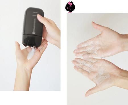 Bước đầu tiên là làm sạch tóc. Trong bước này, bạn lưu ý không đổ trực tiếp dầu gội lên đầu vì hoá chất có thể làm tổn thương da đầu, sinh ra gầu khi tiếp xúc trực tiếp. Thay vào đó, hãy lấy một lượng dầu vừa đủ ra lòng bàn tay, tạo bọt rồi xoa lên tóc.