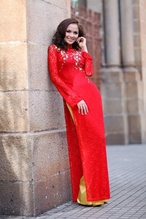 Quần màu vàng phù hợp nhất với áo dài đỏ.