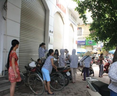 Hàng chục bệnh nhân đứng ngoài phòng khám Maria lo lắng vì không có bác sĩ y tá tiếp đón, trong khi họ đang chữa bệnh dở, mất vài chục triệu. Ảnh: Phan Dương