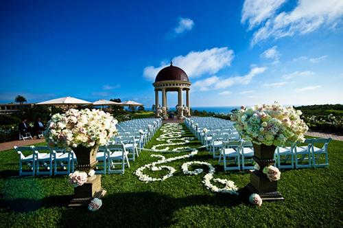 Ở nơi thành hôn, sân khấu sẽ được đặt ở chính giữa, hai bên là hai hàng ghế để các vị khách ngồi dự lễ cưới.