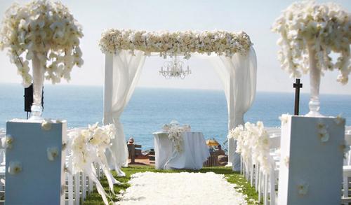 Việc sử dụng nhiều hoa tươi trang trí cho sân khấu nơi làm lễ sẽ tạo vẻ đẹp tự nhiên, độc đáo. Nếu cổng hoa có thể tháo rời, cô dâu chú rể nên tận dụng chiếc cổng hoa tươi xinh xắn này để tô điểm cho sảnh tiệc đãi khách.