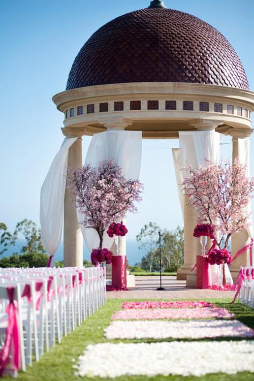 Đôi uyên ương tận dụng chính kiến trúc có sẵn của không gian và thêm vào những chi tiết hoa ấn tượng để làm đẹp cho nơi làm lễ.
