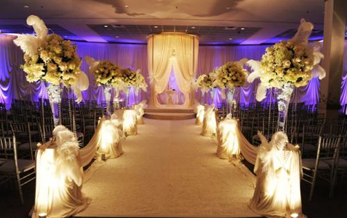 Không gian sân khấu trong nhà với những trụ hoa cao.