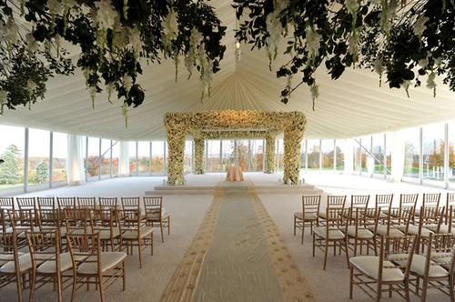 Toàn bộ cổng hoa được phủ hoa tươi và là điểm nhấn hoa duy nhất cho sân khấu.