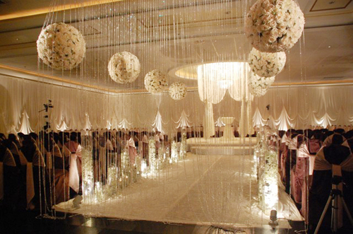 Những dải pha lê và quả cầu hoa lớn tạo sự thu hút cho không gian làm lễ.