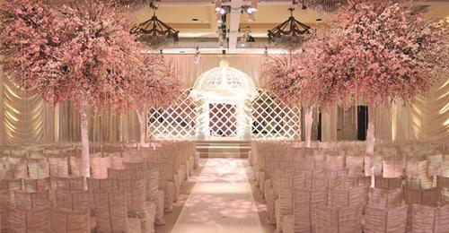Sân khấu với màu hồng nhạt đẹp dịu dàng.