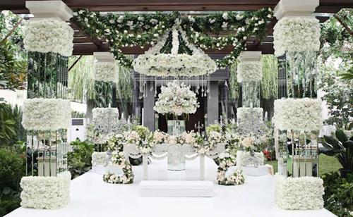 Rất nhiều cột hoa và dàn hoa treo được đặt tại nơi làm lễ, tạo cho không gian một vẻ đẹp lộng lẫy, ấn tượng.