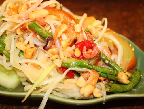 Gỏi đu đủ (Som Tam) cũng là một món ăn ngon miệng bạn không thể bỏ qua khi thưởng thức ẩm thực Thái.