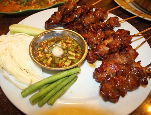 Ai đã đến du lịch ở Thái Lan thì không thể quên hai món ăn đường phố nổi tiếng, thơm ngon là thịt heo xiên que nướng...