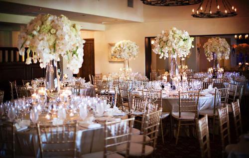 Mỗi bàn tiệc có một bình hoa cao sẽ là điểm nhấn đặc biệt.