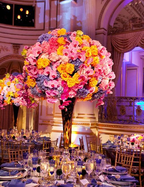 Bình hoa cao rực rỡ đẹp ấn tượng.