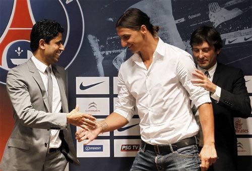 Nasser Al-Khelaifi (trái), vụ tuyển mộ thành công Ibrahimovic từ Milan còn ghi dấu nỗ lực của Giám đốc thể thao Leonardo