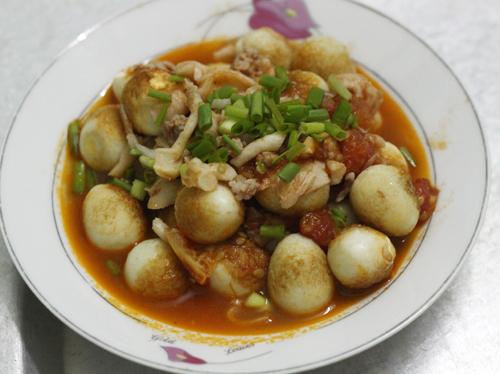 Món trứng sẽ không còn nhàm chán khi bạn kết hợp với nấm và cà chua, giúp bữa cơm gia đình của bạn thêm phong phú.