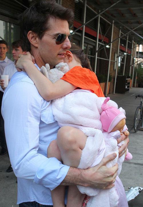 Suri ôm theo đồ chơi và ôm chặt lấy bố.