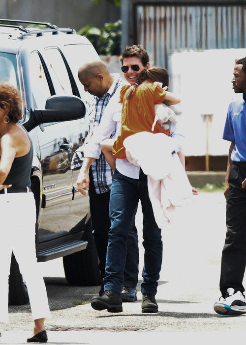 Tom Cruise trông rất hạnh phúc khi đưa con gái đi chơi.