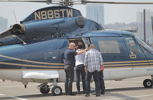 Cô bé được bố đưa đi chơi bằng trực thăng riêng của anh.