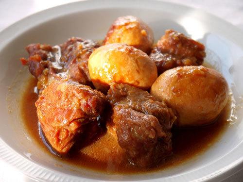 Gần giống với thịt kho tàu, món thịt ram trứng đậm đà, thơm ngon này sẽ khiến nồi cơm của gia đình bạn hết veo.