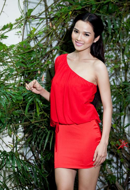 Chân dài Kim Cương trẻ trung, nổi bật với gam màu đỏ rực.