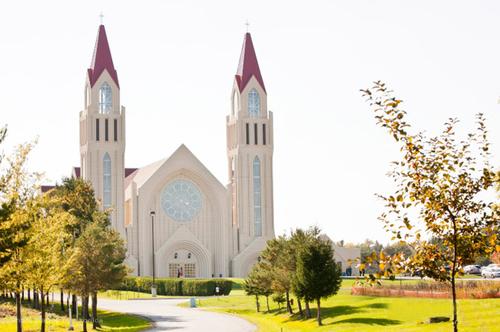 Nhà thờ với không gian tuyệt đẹp là nơi diễn ra lễ thành hôn của đôi uyên ương.