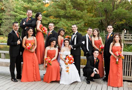 Các phù dâu, phù rể duyên dáng trong những bộ trang phục mang sắc cam nổi bật.
