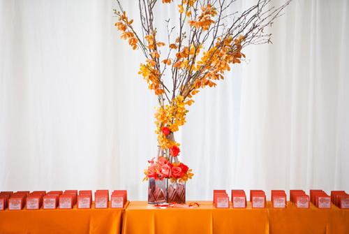 Cạnh đó là những tấm card ghi tên và chỗ ngồi của các vị khách cũng mang sắc cam rực rỡ.