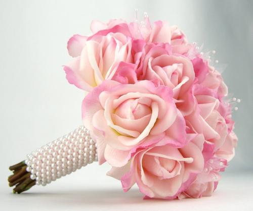 Bó hoa hồng song hỷ bằng vải lụa mềm mại như thật.