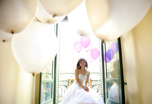 Cô dâu rạng rỡ trong bức ảnh cùng bóng bay.