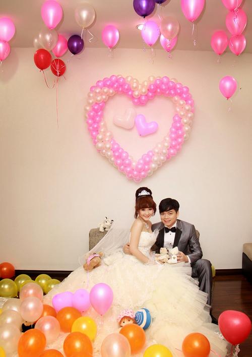 Không gian phòng tân hôn của đôi uyên ương thêm phần lãng mạn với những chùm bong bóng có tông màu sáng, ấm áp.