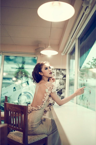 Trong bộ ảnh mới, Kim Dung hóa cô dâu lạnh lùng, cô đơn nhưng vẫn quyến rũ với lưng trần.