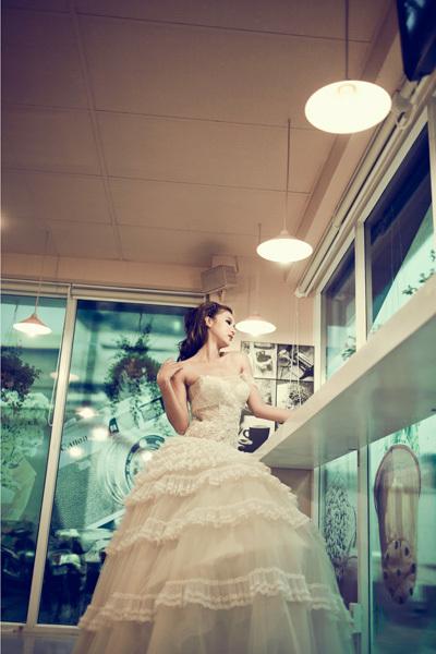 Giải đồng siêu mẫu 2009 cũng có dịp khoác lên mình mẫu áo cưới khác,