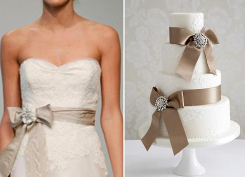 Màu nơ của bánh cũng chính là màu nơ mà cô dâu chọn đính trên váy cưới.