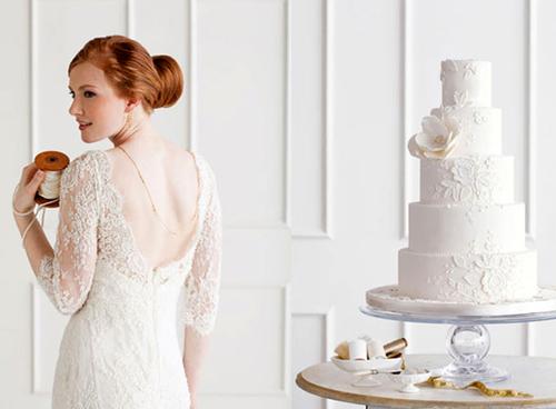 Bánh cưới họa tiết ren ton sur ton hoàn hảo với váy ren của cô dâu.