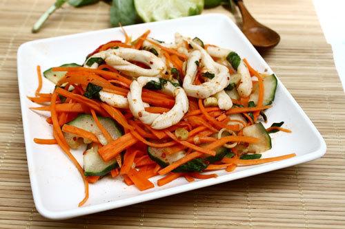 Cà rốt và dưa leo ăn giòn, trộn cùng mực ống, thơm nhẹ mùi chanh, sả sẽ là món ăn kèm thú vị để đãi khách và bạn bè đến nhà.