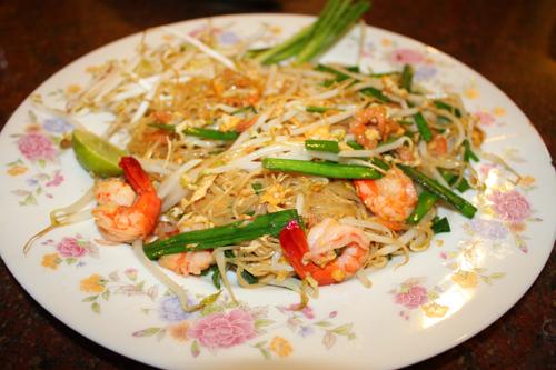 Sợi hủ tiếu mềm, hơi dai cùng hương vị chua, cay, mặn, ngọt được tổng hòa một cách tinh tế làm nên món ăn đặc trưng cho ẩm thực đường phố Thái Lan.