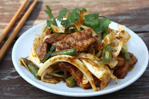Món Thái thường có vị cay nhẹ, thịt mềm, thấm được xào cùng với đậu, bắp cải và thơm thơm mùi lá chanh.