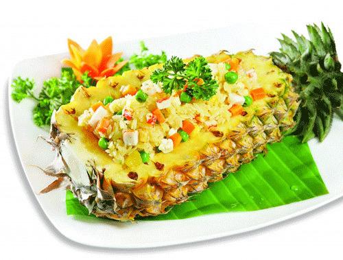 Trong ẩm thực của người Thái, ngoài món Tom Yam thì cơm chiên dứa là phổ biến hơn cả. Vị ngọt của dứa hòa vào những hạt cơm được chiên săn tạo nên cảm giác khác biệt với các loại cơm khác.