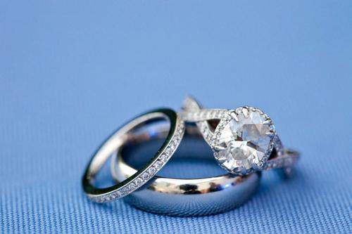 Sự khác biệt giữa nhẫn đính hôn và nhẫn cưới