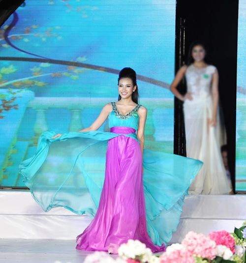 Trong phần thi 'Trang phục dạ hội', Bích Khanh chọn bộ đầm dài