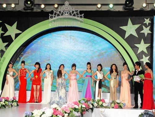 Mười cô gái đẹp nhất của Miss Ngôi Sao 2012 trong trang phục dạ hội.