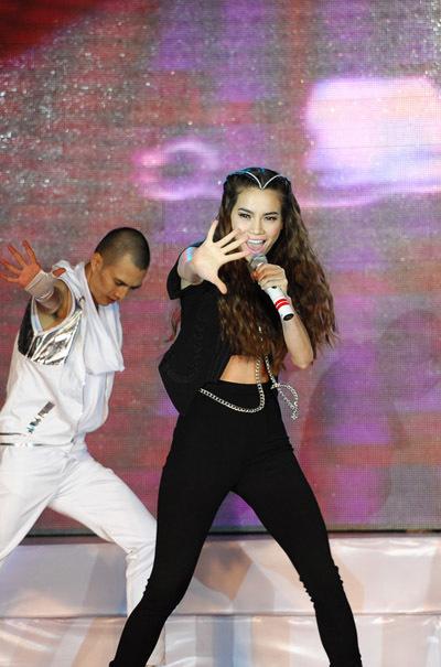 Hồ Ngọc Hà khuấy động không khí, 'nóng' đến đỉnh điểm với bài hit trong thời gian gần đây 'I don't care' của nhạc sĩ Dương Khắc Linh. Những động tác vũ đạo mạnh mẽ, khỏe khoắn của nữ ca sĩ khiến người xem bị mê hoặc.