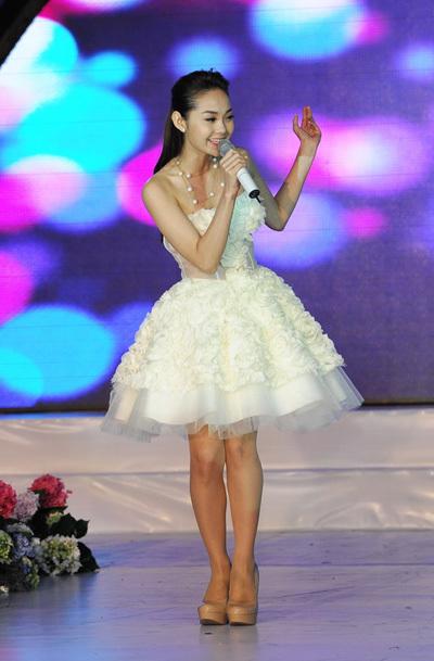 Minh Hằng lại xinh xắn như một nàng công chúa nhỏ khi diện váy ngắn trắng tinh khôi, thể hiện ca khúc 'Sắc môi em hồng' rất dễ thương.