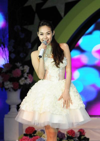 'Nữ hoàng khiêu vũ 2012' luôn nở nụ cười tươi tắn trên môi trong suốt phần biểu diễn của mình.
