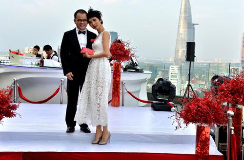 Bục sân khấu cũng được thiết kế những bình hoa màu đỏ bao quanh. Nhiều nghệ sĩ là bạn bè của Đoan Trang rất ấn tượng với cách trang trí này nên tranh thủ chụp ảnh kỷ niệm trước khi cô dâu chú rể lên làm lễ.