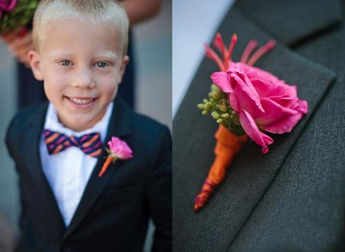 Để hợp tông với hoa cầm tay của cô dâu, chú rể và các phù dâu chọn hoa cài áo được kết từ hai sắc màu cam và đỏ. Trang phục của chú rể và phù rể mang sắc màu tối để làm nổi bật hoa cưới và vẫn giữ được sự trang nhã, lịch thiệp.