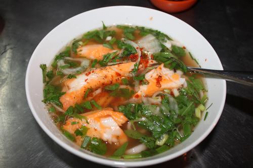 Bánh canh cá lóc là món ăn đặc trưng của người miền Trung nhưng rất được ưa thích ở Sài Gòn.