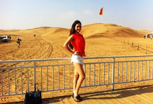 Người đẹp thích thú chụp ảnh kỷ niệm trên vùng sa mạc cát