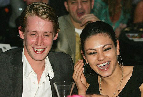 Macaulay Culkin suy sụp một phần vì chia tay với cô bạn gái lâu năm Mila Kunis, người đẹp giờ đang hẹn hò với Ashton Kucher.