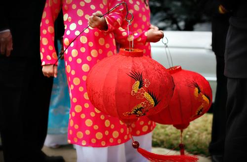 Các đôi uyên ương ở nước ngoài thường chọn sắc màu truyền thống cho đám cưới như màu hồng, màu đỏ.