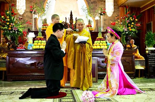 Cô dâu chú rể trong nghi lễ Hằng Thuận tại chùa.